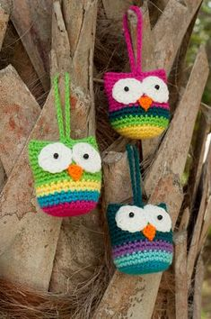 Crochet owl ornament pattern-so cute with Christmas/woodland inspired colors! Owl Crochet Patterns, Crochet Birds, Owl Patterns, Cute Crochet, Crochet Animals, Crochet Crafts, Crochet Ideas, Owl Crafts, Yarn Crafts