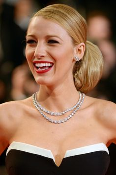 Close up of the gorgeous diamond necklace & earrings Blake Lively wore to the 2014 Cannes Film Festival Blake Lively Hair, Blake Lively Family, Celebrity Hairstyles, Cool Hairstyles, Beach Blonde Hair, Cannes Film Festival 2014, Cannes 2014, Lucy Hale Style, Blake Lovely