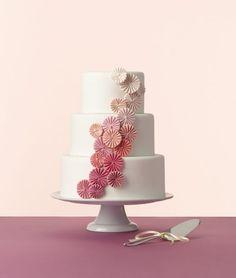Tort cu design creativ, in nuante graduale de roz.