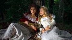 Schneeweißchen (Sonja Gerhardt) und Rosenrot (Liv Lisa Fries), Quelle: MDR…