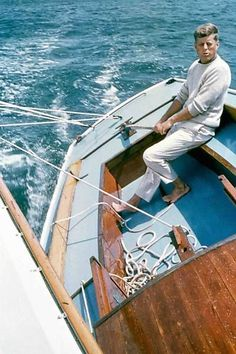 Photo from the late of John F. Kennedy, at the time, future president of the United States, on a small sailboat holding firm to the rudder as he steers the craft on a sharp tack through the water. He loved the sea and sailing. John Kennedy, Les Kennedy, Sail Away, Jolie Photo, Boat Plans, Wooden Boats, Sailing Ships, New England, In This Moment
