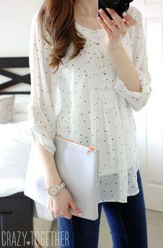 Esta blusa es blanca y negra. Es informal. Esta blusa es buena para llevar en otoño y primavera. Puedo llevar esta blusa para pasar tiempo con mis amigos and ir al cine.: