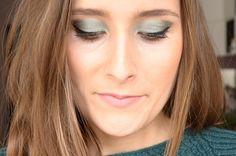 Découvrez mon maquillage vert émeraude réalisé avec des fards faits maison sur le blog! #blogeusebeaute #blogueusebeaute #blogbeaute #beaute #organicbeauty #beautebio #blogueuse #blogeuse #blogbio #beautenaturelle #maquillagebio #maquillage  #vert #vertemeraude #emeraude