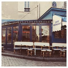 I've sung here. That's right, sung with the jazz musicians. Au Clairon des Chasseurs, Place du Tertre, Montmartre.