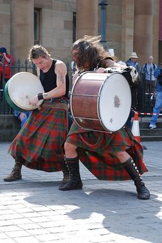 Albannach rocking Edinburgh, right outside the Gallery!! Aya and Jamesie!