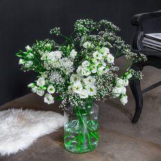 """KW 47, Bodenvase: Mit unserer Kombination """"White Japan"""" aus wunderschönen, eleganten Japanrosen und zierlichem, zartem Schleierkraut wird Ihre Bodenvase zum weißen Blickfang und bringt 2 stilvolle Klassiker zu Ihnen nach Hause oder ins Büro."""