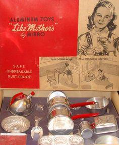 Aluminum Toys 'Like Mother's' by Mirro  Também tive minhas panelinhas, meu fogãozinho, meu joguinho de chá etc.