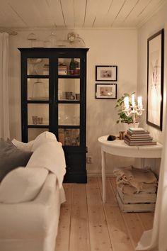 Sallys hus: En massa energi... China Cabinet, Beautiful Homes, Bookcase, Cottage, Indoor, Shelves, Inspiration, Furniture, Design