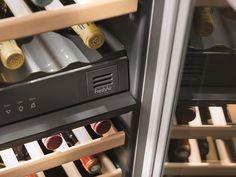 Adega de embutir WUgb 3400 porta sem puxador em vidro preto, com 2 zonas de temperatura para 34 garrafas, 81,6 cm X 59,7 cm X 58,0 cm (A x L x P). - Filtros FreshAir de carvão ativado: presentes nas duas zonas de temperatura. Purificam o ar que entra na cave retirando os odores externos para perfeita preservação dos sabores e aromas originais dos vinhos. #LIEBHERR #ADEGA #VINHOS