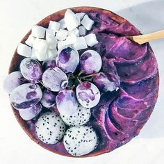 Pearl Grape Bowl By 🍇 2 frozen banana, handful of grapes, 1 tbsp of acai berry powder and 1 tsp of elderberry crystals for an immune boost. Topped with dehyrated coconut cubes, dragon fruit balls and frosty grapes Smoothie Bowl, Grape Smoothie, Strawberry Smoothie, Fruit Smoothies, Healthy Smoothies, Smoothie Recipes, Purple Smoothie Recipe, Healthy Drinks, Breakfast