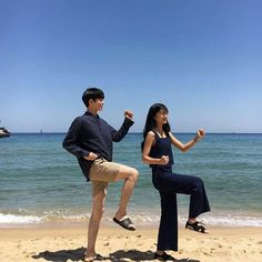 Doyoung and y/n messing around at beach Cute Couple Poses, Cute Couples Goals, Couple Posing, Couple Ulzzang, Ulzzang Korean Girl, Couple Goals Tumblr, Korean Couple Photoshoot, Couple Goals Cuddling, Korean Best Friends