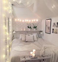 Reich zum Träumen - Strahlend weißes Schlafzimmer mit Kerzen und Lichterkettendeko #Schalfzimmer #weiß #Lichterkette
