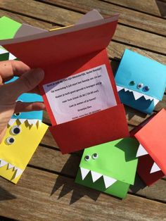 Monster uitnodigingen, monster uitnodiging, uitnodiging zelf maken, uitnodiging kinder verjaardag, kinderfeestje uitnodiging diy Childrens Party, Triangle, Presents, Birthday, Kids, Fun Things, Creative Ideas, Postcards, Monsters