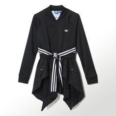 De la pista de atletismo a la pasarela de moda, la chaqueta Originals Couture Superstar para mujer combina dos chaquetas de chándal Superstar: una en la parte superior y otra superpuesta alrededor de la cintura a modo de falda. Las mangas de la parte inferior pueden llevarse sueltas o anudadas.