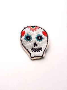 可愛いメキシカンドクロをモチーフにした刺繍です。横幅5cm・縦6cm程の手刺繍で作ったバッチです。裏側にはソフトレザーを使用しております。バックや洋服のアクセ...|ハンドメイド、手作り、手仕事品の通販・販売・購入ならCreema。