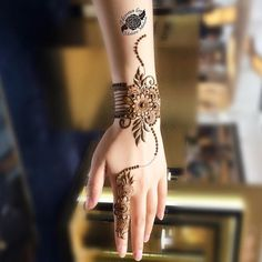 #lal_hatheli ✨ Minimum ✌ #Repost @mahiramohsin ・・・ Create your own sunshine ☀️ Happy weekend everyone For Appointments In Dubai call or whatsapp +971568783548 #arabfashionweek #mahiramohsin #dubai #dubaihenna #dubaifashion #dubaiblogger #dubailife #henna #heena #hennapro #hennaart #hennalove #hennadubai #hennadesign #hennatattoo #mehndi #mehandi #mehendi #7ena #7enna #dollhousedubai #monakattan #الحناء