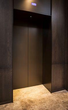 apartment building in Brooklyn Heights NYC mixes cedar ceilings, gray tile, black steel, walnut slats, and wood veneer elevator doors. By Resolution: 4 Architecture Lobby Interior, Luxury Interior, Interior Architecture, Elevator Lobby Design, Travertine Floors, Linear Lighting, Architrave, Wooden Slats, Door Design