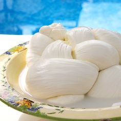 Is it correct to buy buffalo mozzarella and store it in the refrigerator?