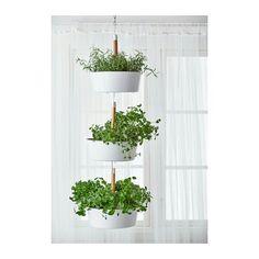 Eens kijken of ik zoiets zelf zou kunnen maken, witte potten, hangers, planten.