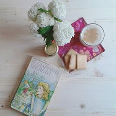 Padrona Mary, bastian contrario,  come cresce il tuo giardino,  con campanule d'argento, con conchiglie  e con una fioritura di giunghiglie? Il giardino segreto, Frances Hodgson burnett  #internostorie #ilgiardinosegreto #Franceshodgsonburnett #thesecretgarden #bookworm #books #classic #onthetable #summer #bookandflower #flower #breakfast #pursuepretty #colazione #libri #weekend #summer #summer4igers #estate #yorkshire #books #lifestyle #liveauthentic #lifeofadventure #bookblog #igersitalia