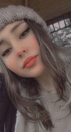Beautiful Girl Makeup, Beautiful Girl Photo, Girl Photo Poses, Girl Poses, Snap Girls, Cute Selfie Ideas, Teen Girl Photography, Girl Hiding Face, Applis Photo