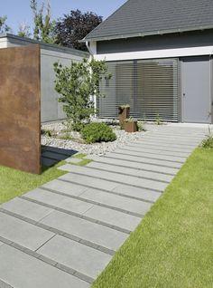 Wo es auf Bodenbeläge ankommt, die sich der Umgebung unterordnen, wie Gartenwege oder Eingangsbereiche, ist dieser formal reduzierte Pflasterstein mit edlem Quarzit-Vorsatz richtig am Platz. Das macht ihn auch zu einem guten Kombinationspartner. Empfehlenswert ist das Zusammenspiel mit Pflastern und Platten von ARCADO, denn durch den klaren Kontrapunkt entsteht ein spannendes Flächenbild. Sidewalk, Deck, Doors, Formal, Garden, Outdoor Decor, Home Decor, Paving Stones, Garden Path