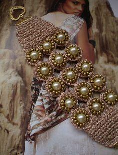 Olá. pessoal!   Peças de crochê estão em alta há tempos. E, as bijuterias também estão seguindo o ritmo da linha artesanal.   Aproveitando ...