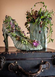 botanical shoe and purse, Art of Weddings, Françoise Weeks - Blumenstrauß - Floral Art Floral, Deco Floral, Design Floral, Arte Fashion, Floral Fashion, Fall Fashion, Fashion Trends, Flower Show, Flower Art