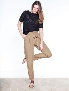 Tee-shirt brodé bi-matière noir, pantalon fluide caramel, sandale cuir effet léopard. Collection Printemps/Eté 2016. BALSAMIK