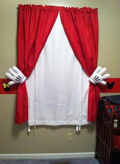 DIY Mickey Mouse curtains: use plain red and white curtains with metal curtain pull backs. Use large rubber bands to hold the curtains in place, then place Mickey Mouse gloves over the pull backs and voila! Disney Kids Rooms, Disney Playroom, Disney Bedrooms, Mickey Mouse Bathroom, Mickey Mouse Nursery, Mickey Mouse Kitchen, Mickey Bad, Disney Mickey, Mickey Mouse Curtains