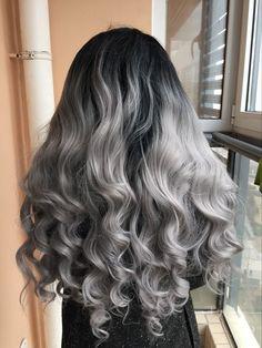 Extensions de cheveux noir ombré gris. Le tie and dye à avoir absolument,le silver donne une touche très moderne à la coiffure. Les extensions #doubledrawn apporte un volume fou.  #tieanddyesilver #silver #ombrehair