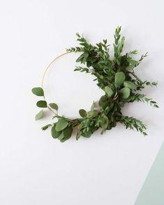Alvast wat subtiele kerstversiering toevoegen in huis kan best! Bijvoorbeeld zo'n eucalyptus krans... Meer hierover in mijn nieuwe blog voor @vtwonen // Adding some subtle christmas decorations at home like this eucalyptus wreath...