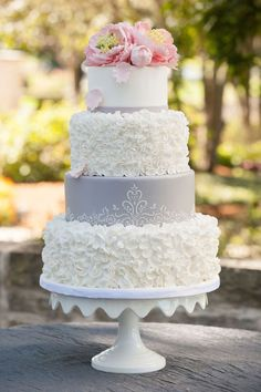 Elegant wedding cake idea; photo: Edward Fox Photography