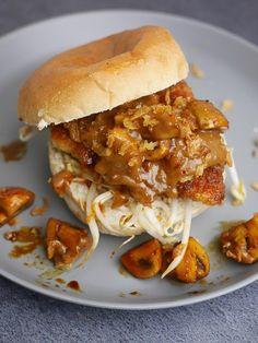 Burger van gepaneerde kip met champignons, taugé en pindasaus   Foodaholic.nl