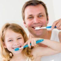 Zij verzorgen hun tanden door ze te poetsen. Juf Pien