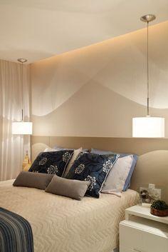 Decoração de quarto de casal pequeno com pendentes e arandelas