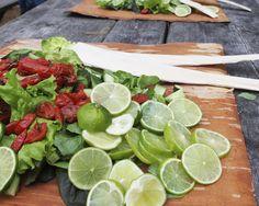 Erinomainen kehittäjien joukko ansaitsee erinomaiset ruoat. Uunitomaattisalaatit odottelevat savutaimenia. Lime, Food, Lima, Limes, Meals, Yemek, Key Lime, Eten