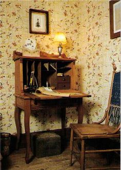 Laura's writing desk, Rocky Ridge Farm.        (photo by alcott1)