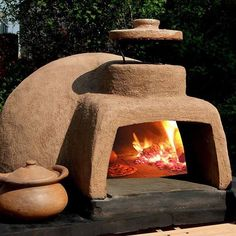 Make your handmade pizza by building a pizza oven at your backyard. Know how to make an outdoor pizza oven with simple steps guidelines and in the budget. Wood Oven, Wood Fired Oven, Wood Fired Pizza, Pizza Oven Outdoor, Outdoor Cooking, Outdoor Kitchens, Pain Pizza, Wood Burning Oven, Bread Oven