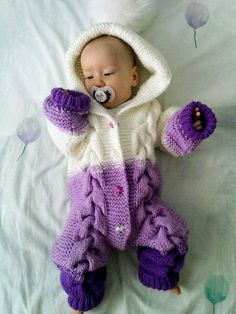 Baby Bear Romper - Crochet , Baby Bear Romper Isn& this Baby Bear Romper the sweetest thing you& ever seen? 😍 We can& get over the precious cables and the color sc. Baby Knitting Patterns, Baby Cardigan Knitting Pattern, Knitting For Kids, Free Baby Patterns, Free Knitting, Knitted Baby Outfits, Knitted Baby Clothes, Knitted Romper, Onesie Pattern