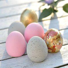 Diese Eier brechen garantiert nicht. Sie werden viele Jahre den Ostertisch zieren. Frostfest und bruchsicher aus Kreativ-Beton #blattgold #favorit #indigoblu
