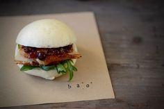 Bao Buns de panceta confitada a baja temperatura con piel crujiente  y salsa de grosellas, salvia, mirin y soja. (by Fresa & Pimienta)