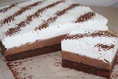 Wunderbare Schnitten mit feinem Kaffeegeschmack. Und obendrauf eine Schicht Schlagsahne mit Schokolade verziert.