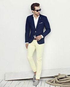 Esse look está muito bacana com sapatos sem meia e camisa sem gravata.