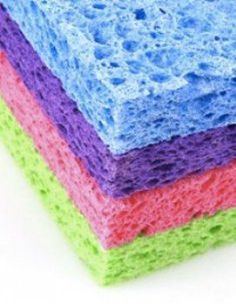 Hydrogen Peroxide magic: Clean your sponges. Soak them for 10 minutes in a mixture of hydrogen peroxide and warm water in a shallow dish. Rinse the sponges thoroughly afterward. Hydrogen Peroxide Magic, Cleaning With Peroxide, Cleaning Solutions, Cleaning Hacks, Homemade Fabric Softener, Kitchen Sponge, Diy Cutting Board, Natural Cleaners, Natural Cleaning Products