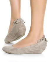 Gray kitten wedge with small bow and ruffle detail