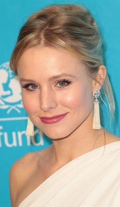 Kristen Bell Photos - Actress Kristen Bell attends The 2011 Unicef Ball at The Beverly Wilshire Hotel on December 8, 2011 in Beverly Hills, California - 2011 Unicef Ball - Arrivals