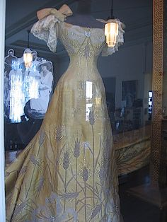 Queen Marie of Romania's gown, which she wore to Tsar Nicholas II's coronation in Collection of Maryhill Museum of Art. 1890s Fashion, Edwardian Fashion, Royal Fashion, Vintage Fashion, Vintage Outfits, Vintage Gowns, Historical Costume, Historical Clothing, Beautiful Gowns