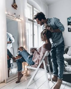 """Jacqueline Mikuta (@mikutas) en Instagram: """"Love  Staying in all day, listening to our favourite songs and letting him do my hair - true love!…"""""""