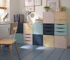 Extension de bureau Quelques casiers en bois peints dans des coloris assortis offrent des rangements supplémentaires dans le bureau. http://www.castorama.fr/store/pages/zoom-sur-bureau_rangements_a_peindre.html